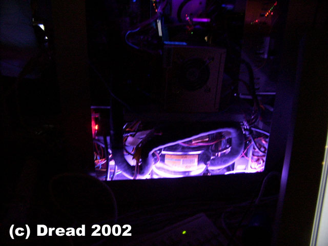 Close dark look at the compressor which have that alienglow over it. I think people are using way too much blue lights nowdays so I went for a really bright purple color wich in the dark almost looks white. The red to the left is a ledmodified 120mm exhaust fan.