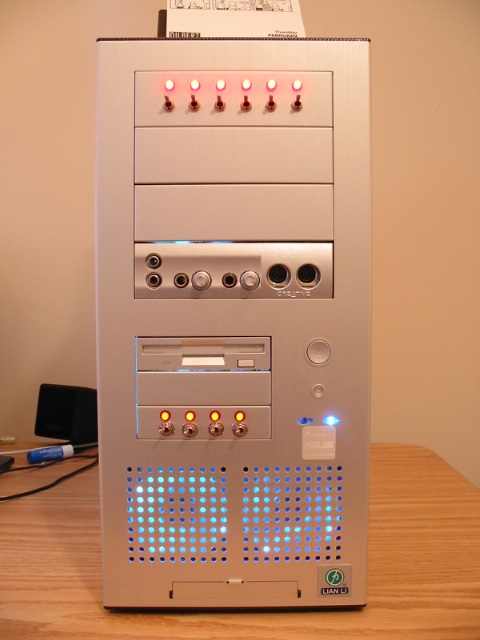 Front view: 6 ports dual LED baybus, 4 switches lightbus, silver painted SB Live! drive and FDD