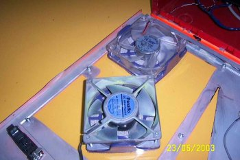 a panaflo 12cm fan...pretty hard to find..attached to custom made air filter..hoho